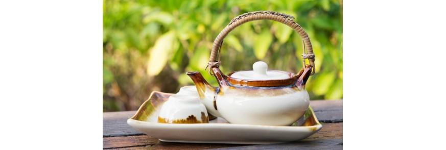 Ceainic si doua cupe de portelan pe o tava