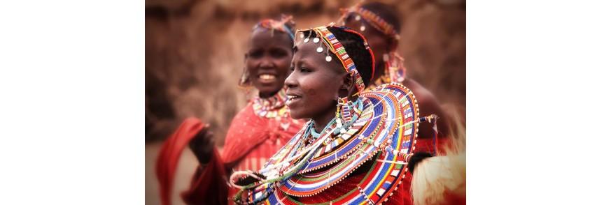 Femeie maasai cu vesminte si decoratii traditionale