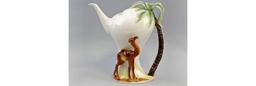 Ceainic lucrat manual reprezentand o camila sub un palmier