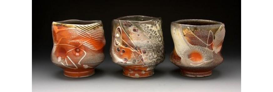 Trei cupe de ceai lucrate si pictate manual cu motive abstracte