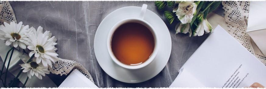 Cesti cu ceai si biscuiti pe o tava