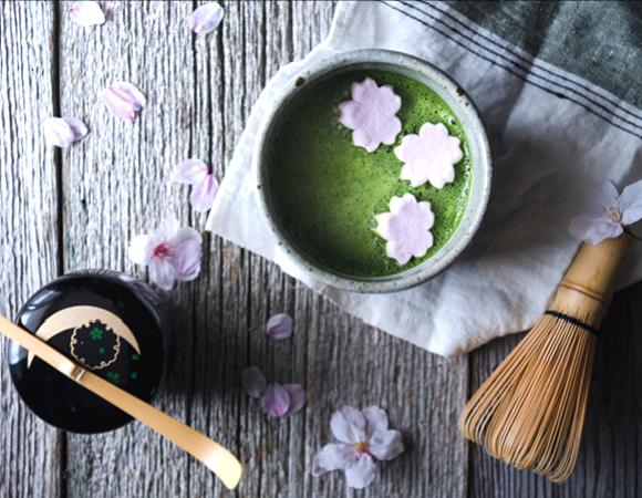 Ceai matcha japonez si accesorii pentru prepararea lui