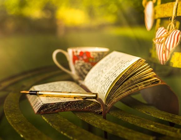Caiet si cana de ceai pe lemn