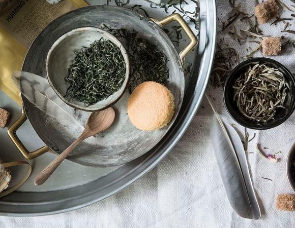 Cupe cu muguri si ceaiul de ceai alb